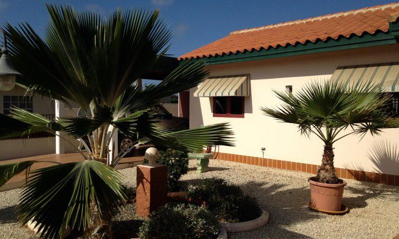 Voortuin + carport - Vakantiehuis Aruba